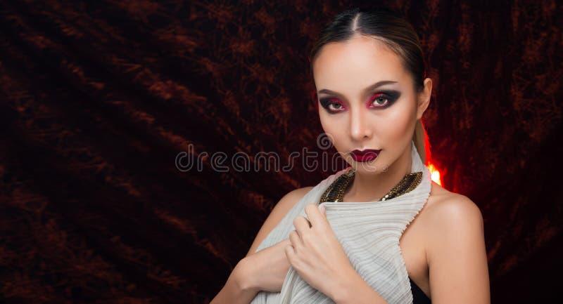 H?r f?r asiatisk kvinna f?r mode h?rligt blont svart arkivfoto
