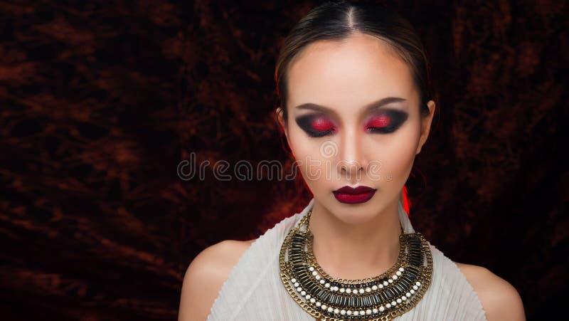 H?r f?r asiatisk kvinna f?r mode h?rligt blont svart arkivbilder
