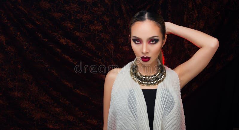 H?r f?r asiatisk kvinna f?r mode h?rligt blont svart royaltyfri foto