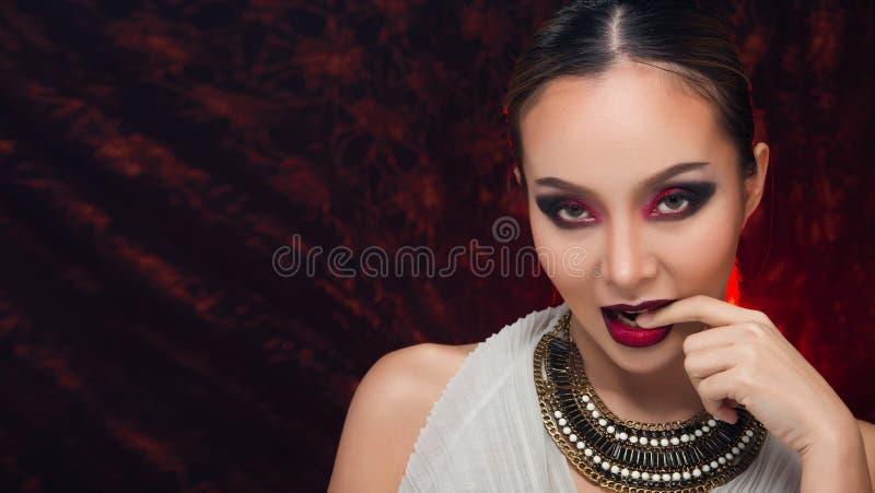 H?r f?r asiatisk kvinna f?r mode h?rligt blont svart royaltyfria foton