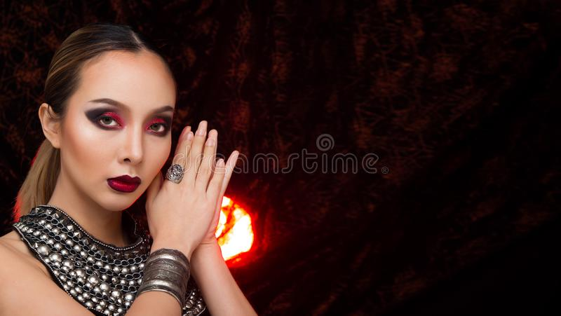 H?r f?r asiatisk kvinna f?r mode h?rligt blont svart arkivfoton