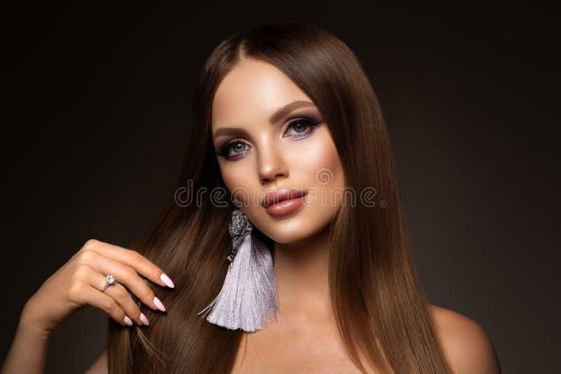 h?r Sk?nhetkvinnan med mycket l?ng sunt och skinande sl?tar brunt h?r Modell Brunette Gorgeous Hair arkivfoto