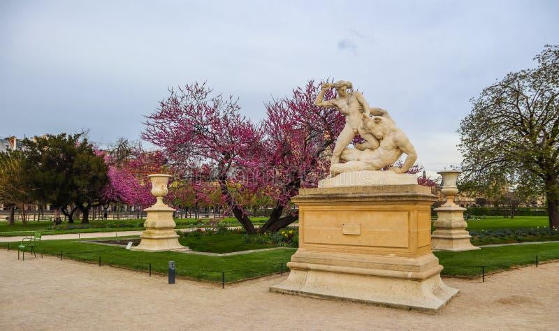 H?rcules y estatua de Minotaur en el jard?n maravilloso de Tuileries de la primavera Par?s Francia En abril de 2019 imágenes de archivo libres de regalías