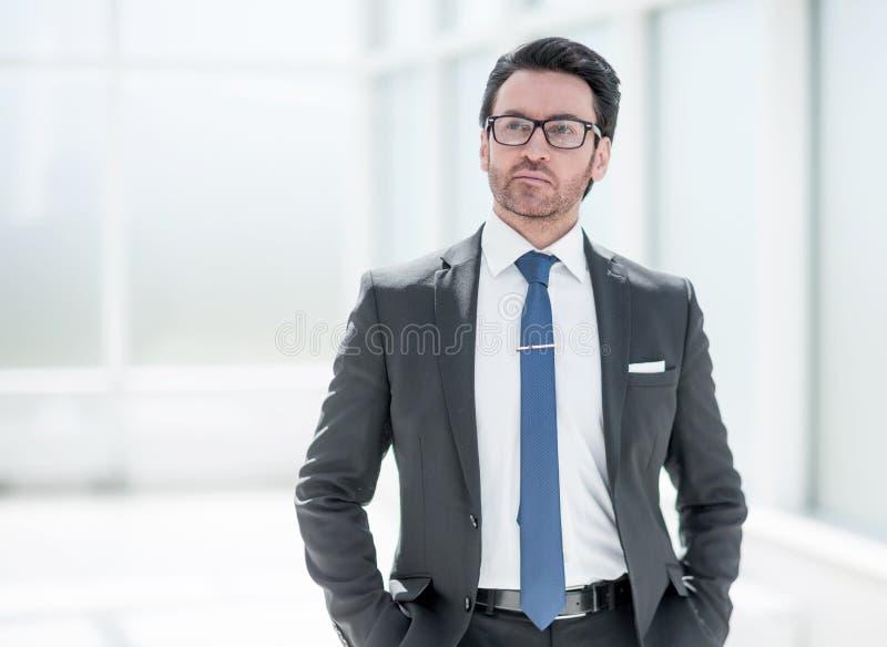 H?rlig aff?rsman i kontorsbakgrunden arkivfoto