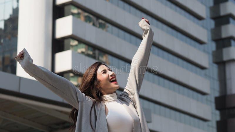 H?rlig asiatisk gladlynt aff?rskvinna som ?r lycklig och royaltyfri fotografi