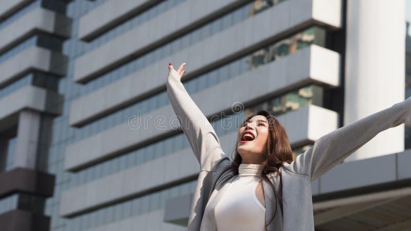 H?rlig asiatisk gladlynt aff?rskvinna som ?r lycklig och royaltyfri foto
