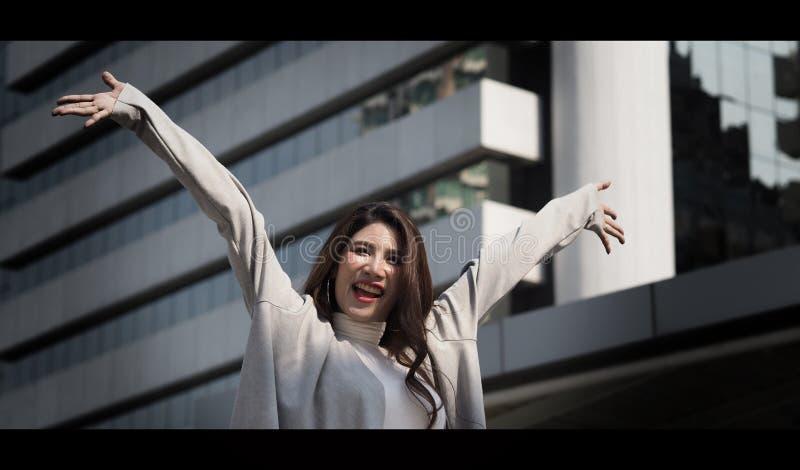 H?rlig asiatisk gladlynt aff?rskvinna som ?r lycklig och royaltyfria bilder