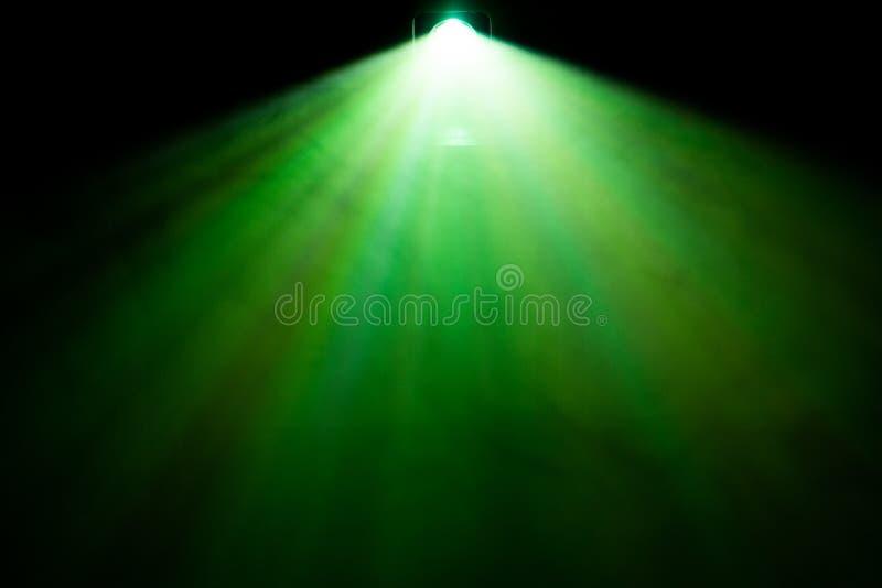H?rlig bred linsprojektor f?r gr?n f?rg med den ljusa str?len f?r film och bio p? natten r?ktexturstr?lkastare effekter fotografering för bildbyråer