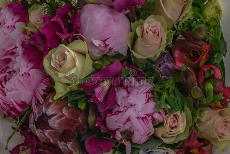 H?rlig bukett av blandade blommor arkivbild