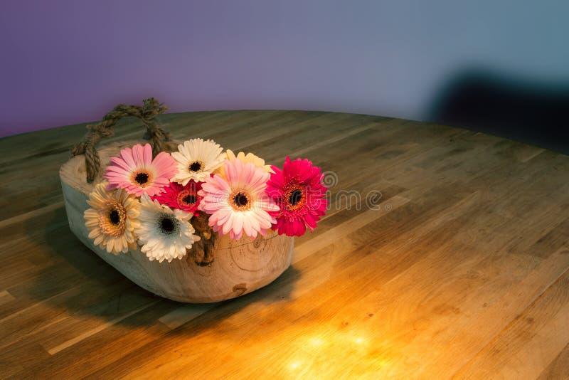 H?rlig bukett av ljusa blommor i korg p? tr?tabellen fotografering för bildbyråer