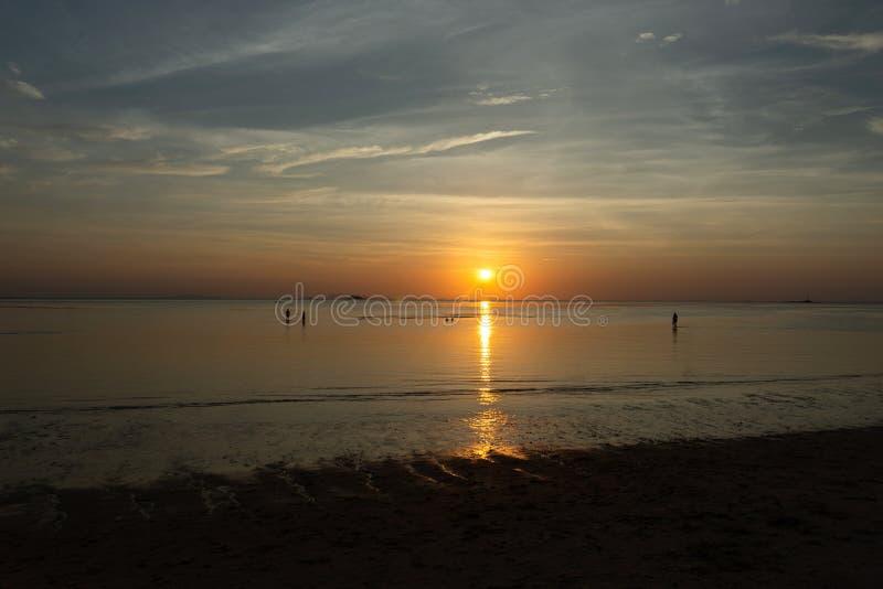 H?rlig cloudscape ?ver havet, solnedg?ngskott arkivfoton