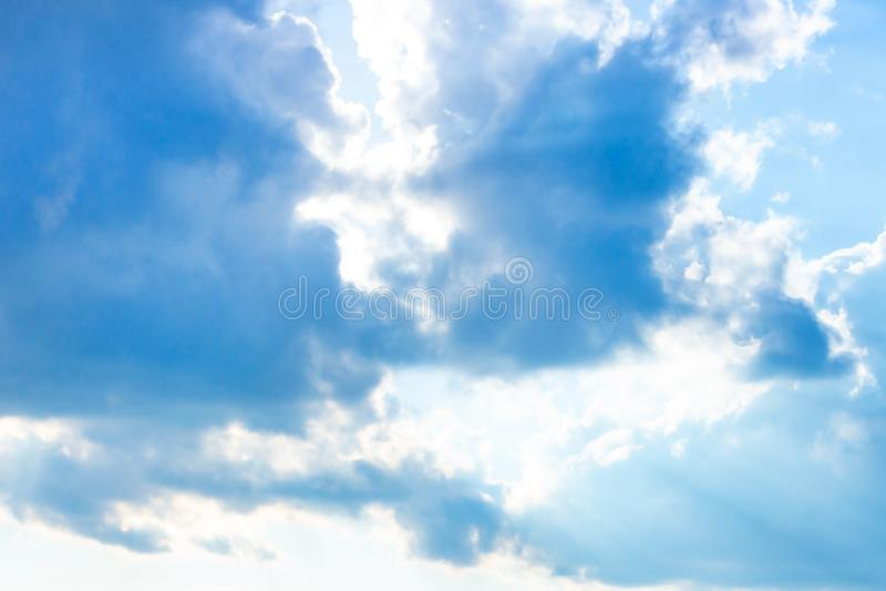 H?rlig dyster bl? himmel med fluffiga moln i dag f?r sommarmorgonfred som en bakgrund royaltyfria foton