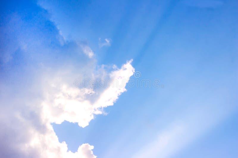 H?rlig dyster bl? himmel med fluffiga moln i dag f?r sommarmorgonfred som en bakgrund arkivfoto