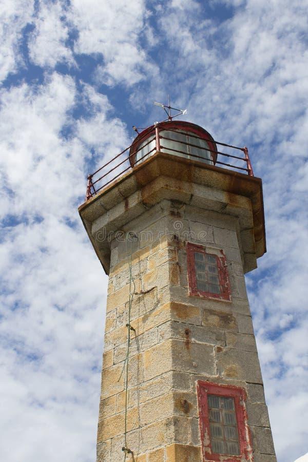 H?rlig Felgueiras fyr p? Atlantic Ocean i Porto, Portugal royaltyfri foto