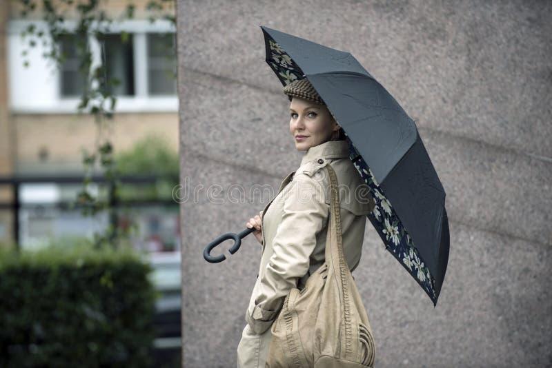 H?rlig flicka av det europeiska utseendet royaltyfri bild