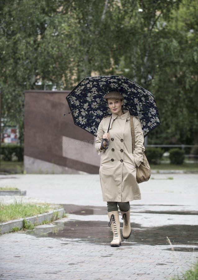 H?rlig flicka av det europeiska utseendet royaltyfri fotografi