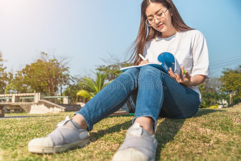 H?rlig flicka i h?stskog som l?ser en bok som t?ckas med en varm filt en kvinna sitter nära ett träd i en sommarskog och håll arkivbilder