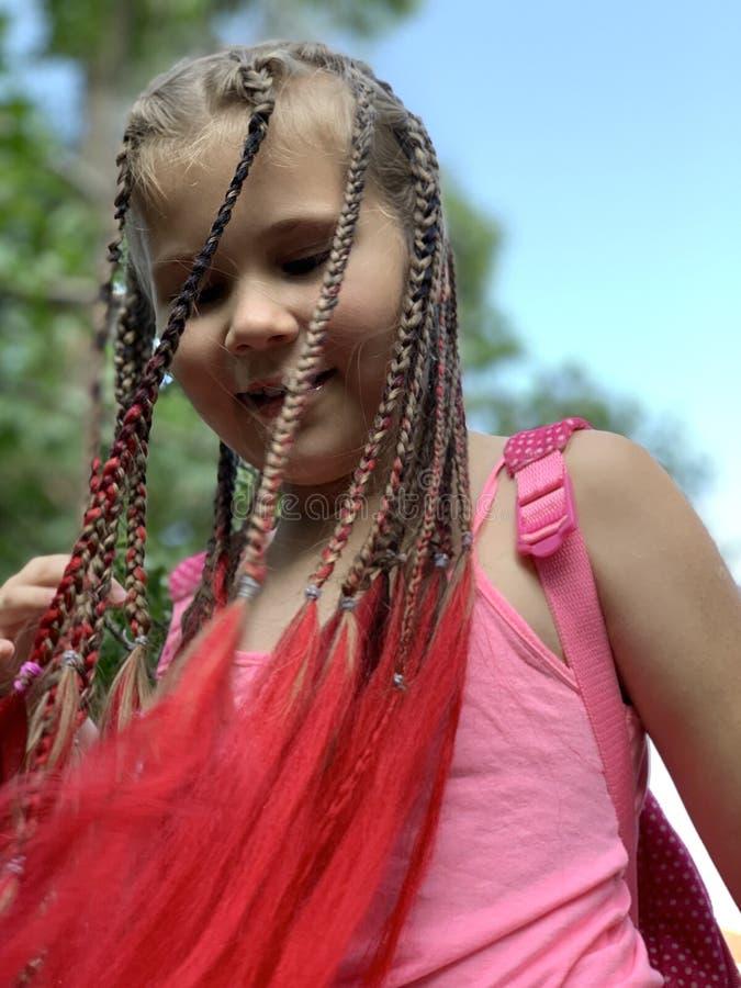 h?rlig flicka little En flicka med afrikanska flätade trådar arkivfoto