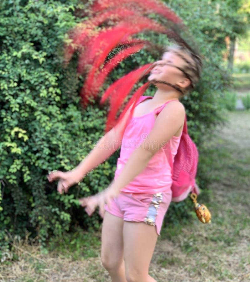 h?rlig flicka little En flicka med afrikanska flätade trådar fotografering för bildbyråer