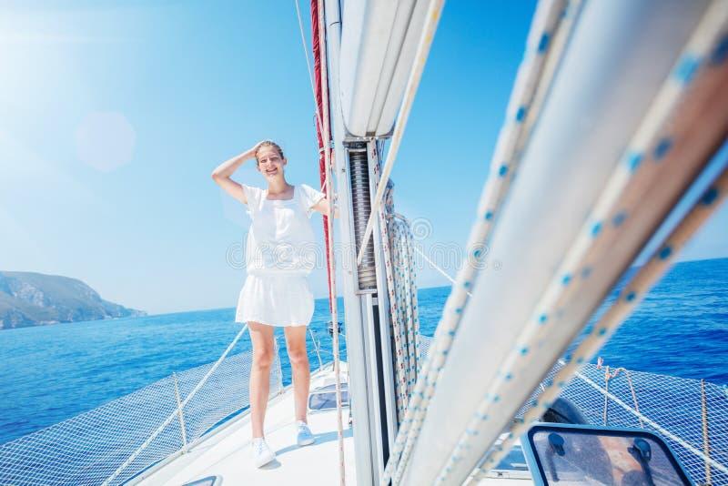 H?rlig flicka som kopplar av p? yachten i Grekland royaltyfri bild