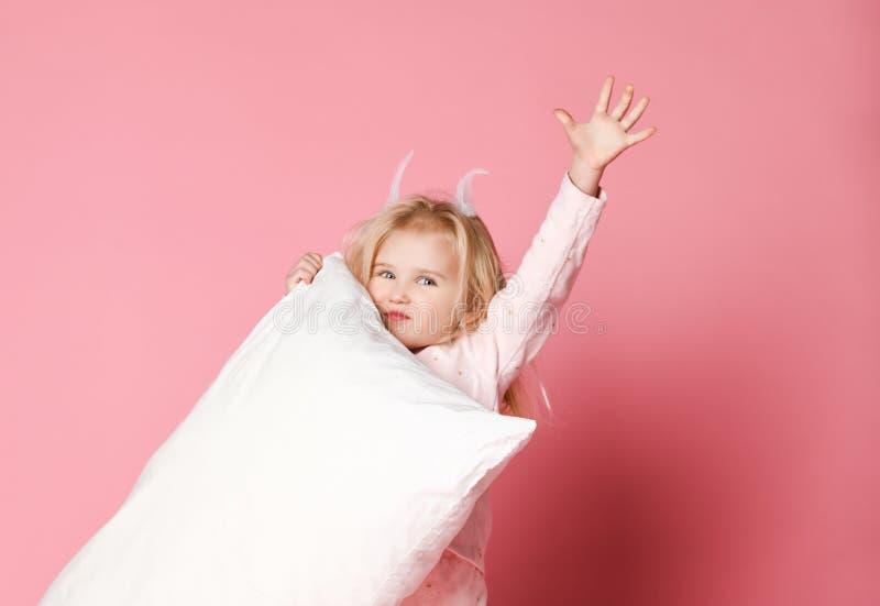 H?rlig flicka som rymmer ett kuddestudioskott royaltyfri fotografi