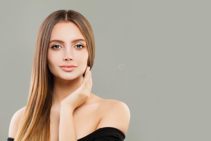 H?rlig flickast?ende Le den unga kvinnan med brunt hår fotografering för bildbyråer