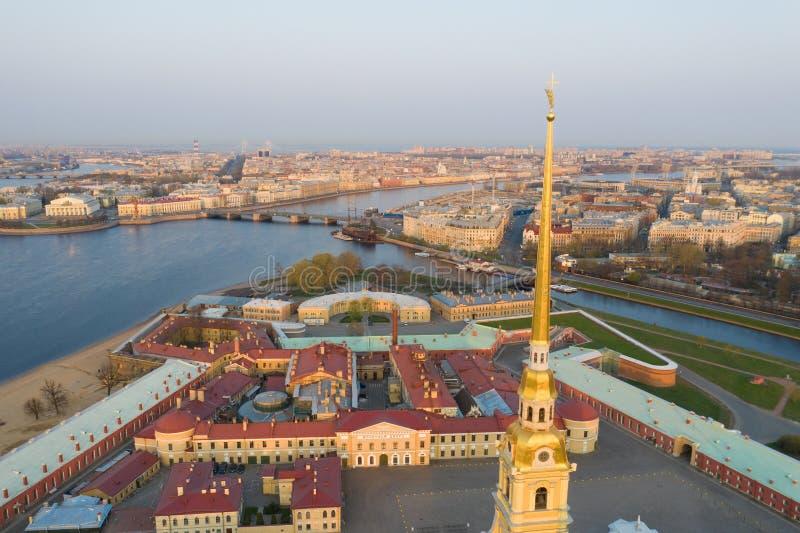 H?rlig flyg- sikt p? mitten av den vinterSt Petersburg staden till och med ?ngeln av Peter och Paul Cathedral royaltyfri foto