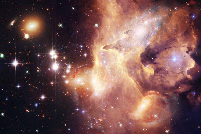 H?rlig galax och klunga av stj?rnor i utrymmenatten arkivbild