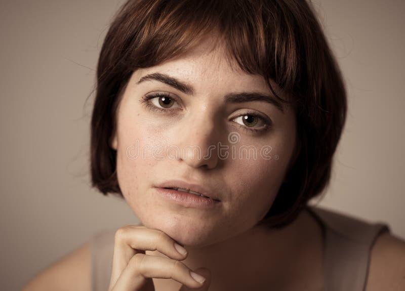 H?rlig headshotst?ende av den unga attraktiva kvinnan med stilfullt kort h?r och sinnlig blick arkivfoto