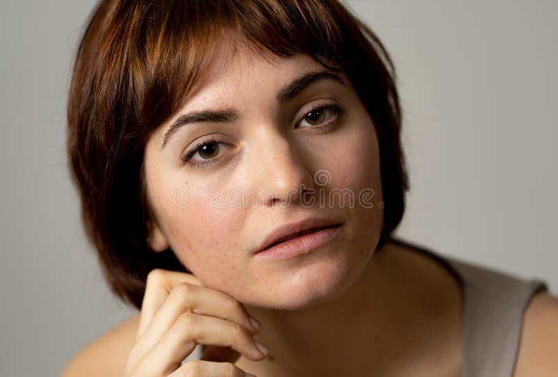 H?rlig headshotst?ende av den unga attraktiva kvinnan med stilfullt kort h?r och sinnlig blick royaltyfri bild