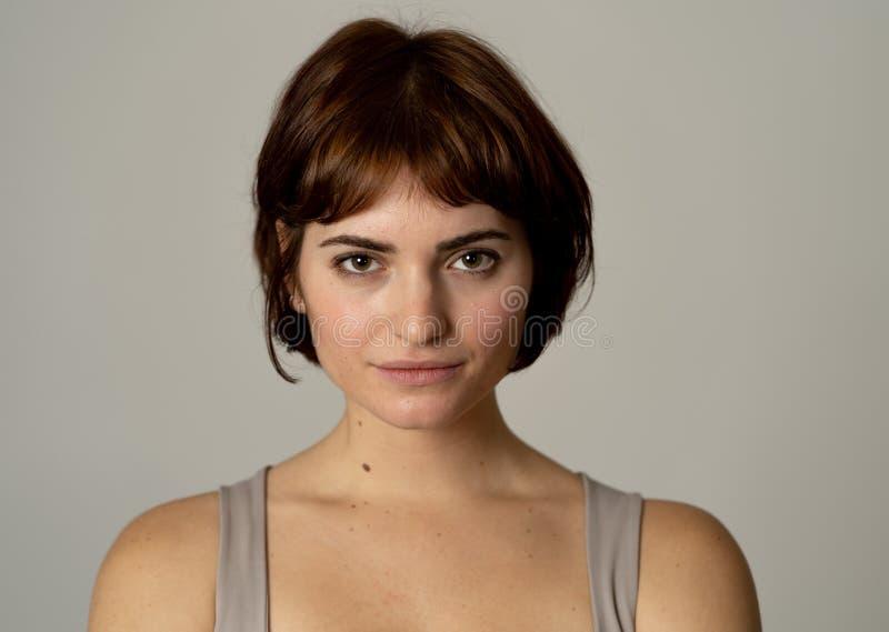 H?rlig headshotst?ende av den unga attraktiva kvinnan med stilfullt kort h?r och sinnlig blick arkivfoton