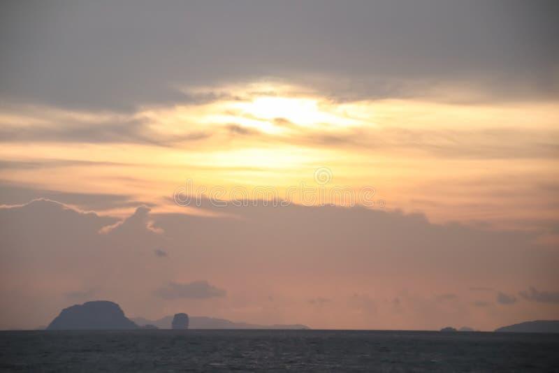 H?rlig himmel med molnet f?r solnedg?ng royaltyfri foto