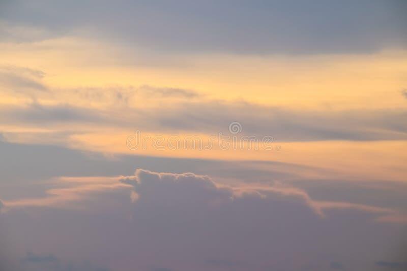 H?rlig himmel med molnet f?r solnedg?ng arkivbilder