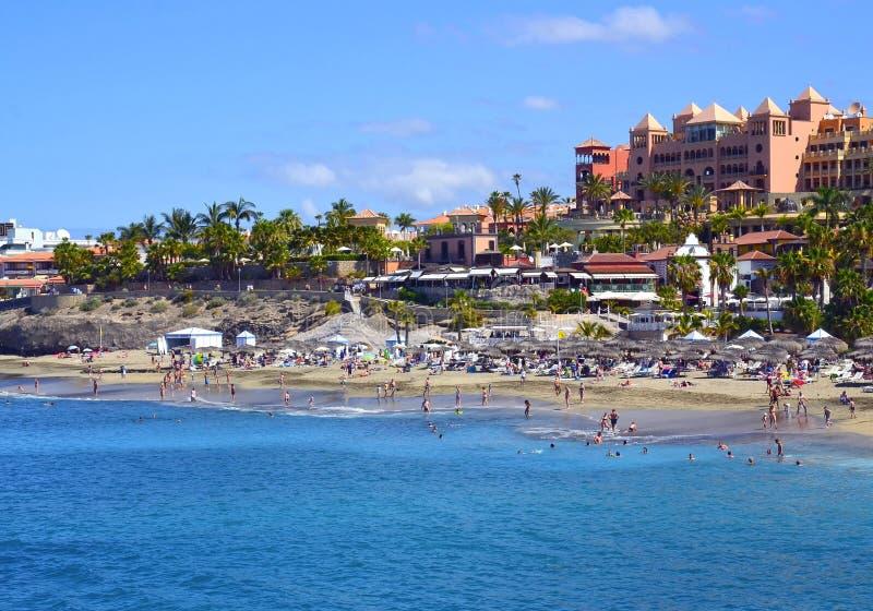 H?rlig kust- sikt av stranden f?r El Duque i Costa Adeje, Tenerife, kanarief?gel?ar, Spanien royaltyfri bild