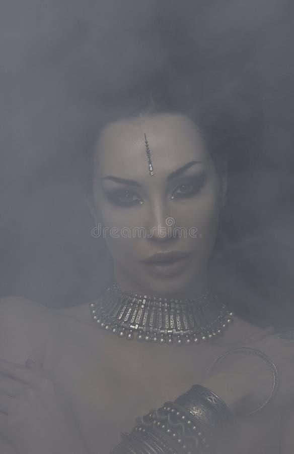 H?rlig kvinna Bellydancer med ?stlig indiska makeup och orientaliska smycken, arabiskt, afrikanskt, egyptiskt Stam- fusion arkivfoto