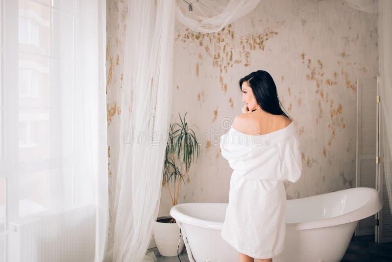 h?rlig kvinna f?r badrum royaltyfri foto