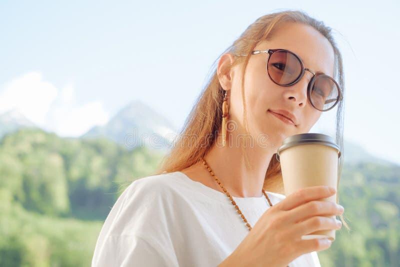 h?rlig kvinna f?r kaffekopp royaltyfria bilder