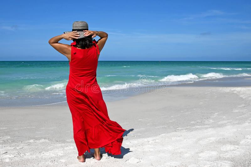 h?rlig kvinna f?r strand arkivfoto