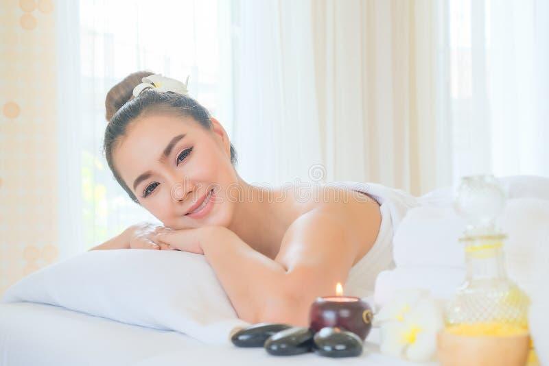 H?rlig kvinna som kopplar av i den Spa salongen Behandling för massage för kroppomsorgSpa kropp Avkoppling-, skönhet- och hälsovå arkivfoto