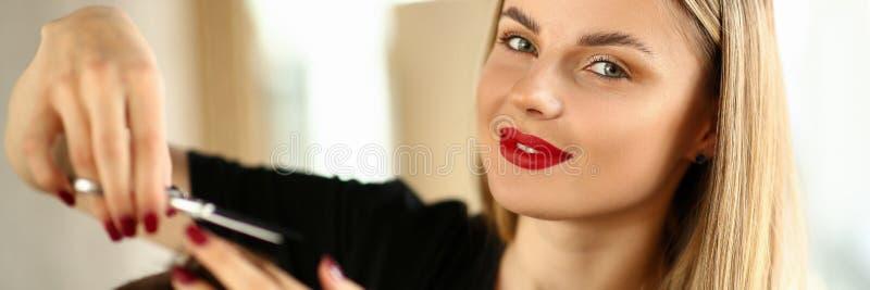 H?rlig kvinnafris?r Cutting Male Hair arkivfoto