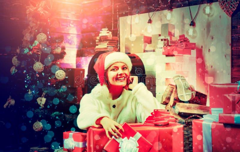H?rlig kvinnajul julhelgdagsaftong?vor semestrar m?nga prydnadar Elegant dam ?ver julgranljusbakgrund glad jul nytt ?r royaltyfri fotografi