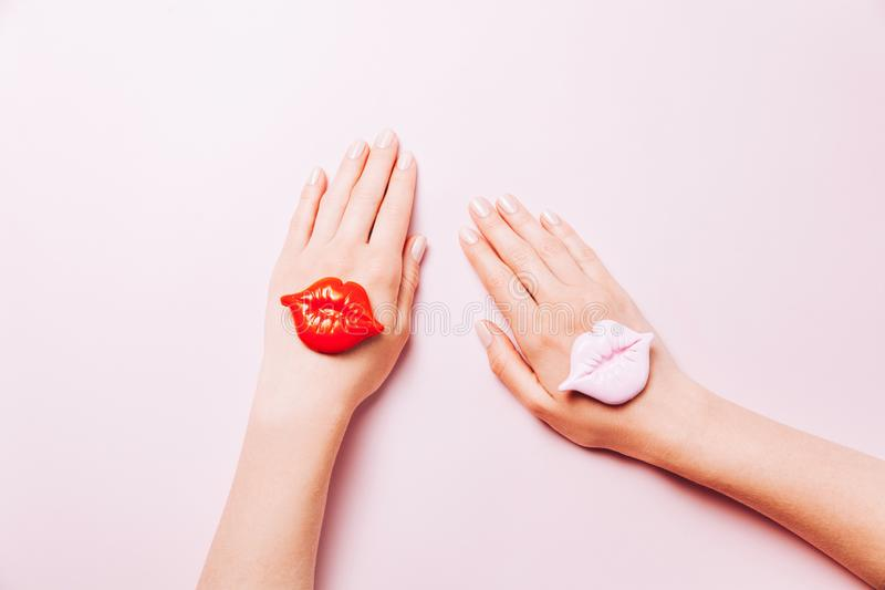 H?rlig kvinnamanikyr p? id?rik rosa bakgrund Minimalist trend royaltyfri fotografi
