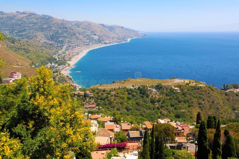 H?rlig landskappanorama av den Sicilien kustlinjen Bl? medelhav och gr?na mountians, Taormina, Sicilien ?, Italien arkivfoto