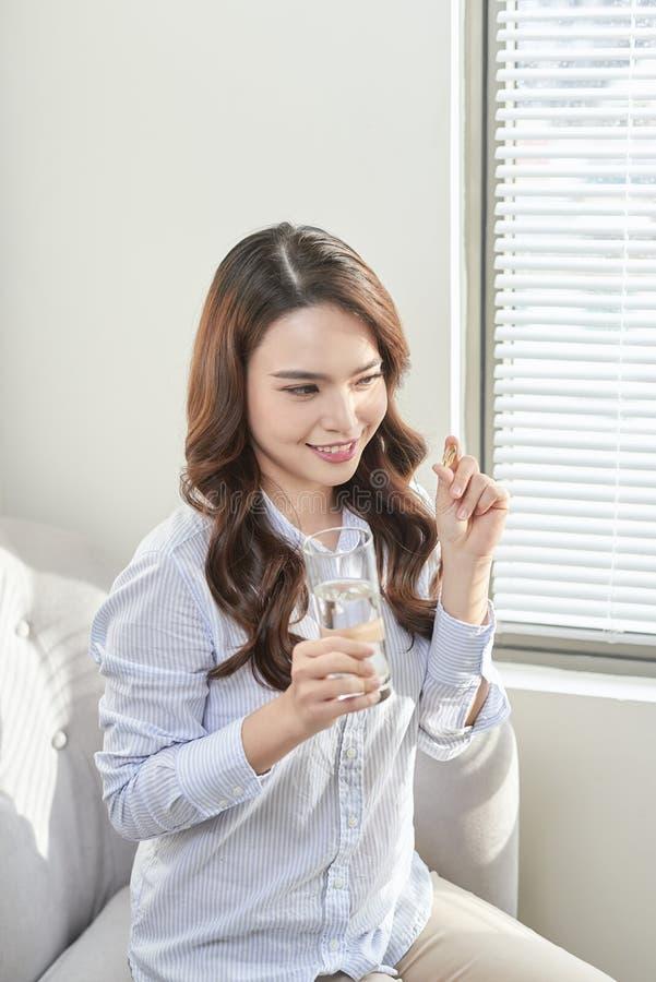 H?rlig le kvinna som tar vitaminpreventivpilleren Dietary supplement arkivfoto