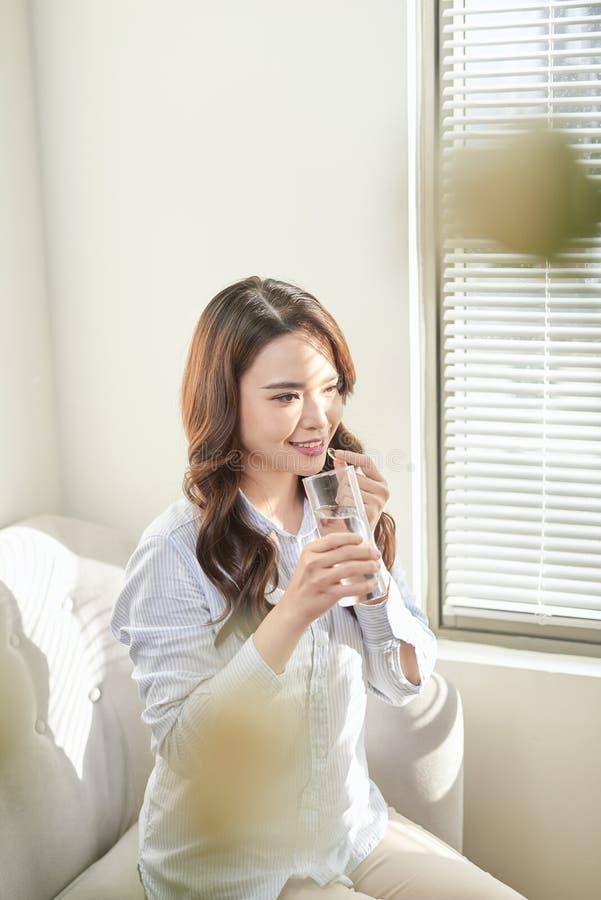 H?rlig le kvinna som tar vitaminpreventivpilleren Dietary supplement royaltyfria bilder