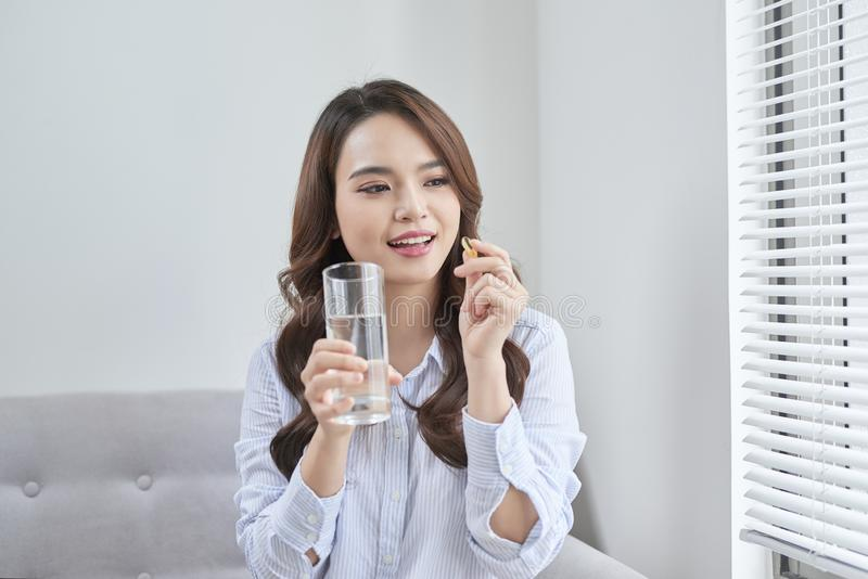 H?rlig le kvinna som tar vitaminpreventivpilleren Dietary supplement fotografering för bildbyråer