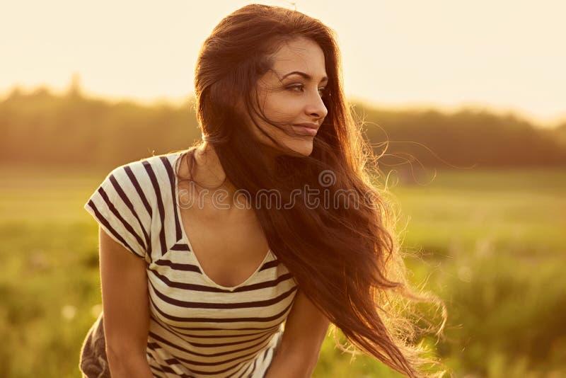 H?rlig le ung kvinna som ser lycklig med l?ngt fantastiskt ljust l?ngt h?r p? f?r solnedg?ngsommar f?r natur ljus bakgrund closeu royaltyfri fotografi