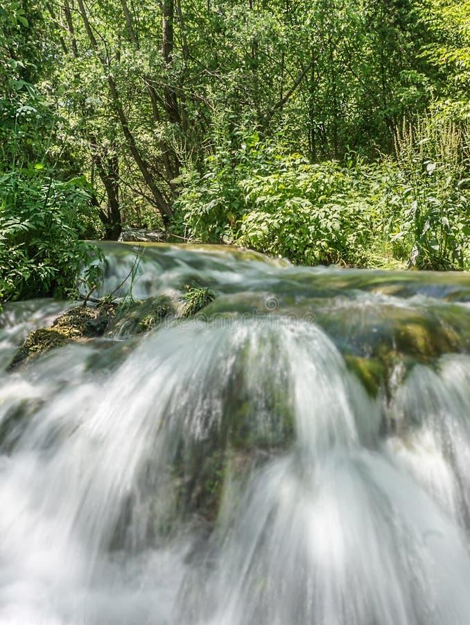H?rlig liten vattenfall royaltyfri fotografi