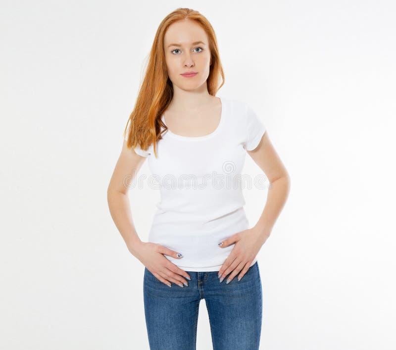 H?rlig lycklig r?d h?rflicka i den isolerade vita t-skjortan R?d huvudkvinna f?r n?tt leende i tshirt?tl?je upp, tomt fotografering för bildbyråer