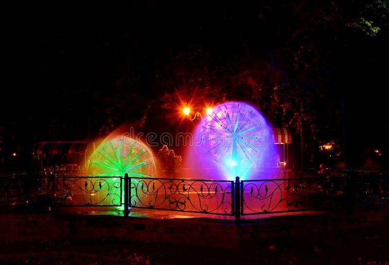 H?rlig m?ng--f?rgad musikalisk springbrunn i Kharkov, Ukraina royaltyfria bilder